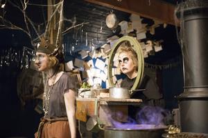 Häxan (Cajsa Färlin) vill gärna äta upp trollets (Mira af Ugglas) svans.