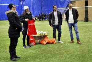 Maria Bodin, Fotboll för alla, Victoria Karlsson, Kavon Care, samt Anders Nordlén och Henrik Larsson, Round Table, visade den nya utrustningen för spelarna i Fotboll för alla.