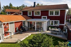 Sjönära hus med insynsskyddad innergård. Foto: Jona Granath.