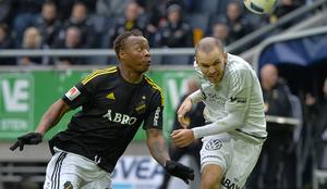 2016. Då; AIK:s Carlos Strandberg mot Giffarnas Marcus Danielson. I år möts de på nytt, fast i nya lag. Strandberg i Malmö och Danielson i Djurgården. Bild: Jonas Ekströmer/TT