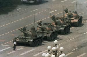 Stridsvagnar på väg mot Himmelska fridens torg  den 5 juni 1989. En ensam man ställer sig för att blockera dem. Foto:Jeff Widener/AP/TT