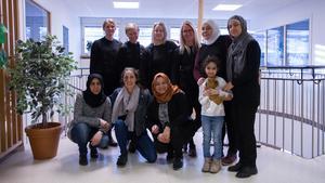 Bakre ledet från vänster: Maria Wallgren, Jennie Gustafsson, Cecilia Holm, Joahnna Bergeå, Rola Aljamal, Khalida, Eadah Zaher, Samarpan Lindqvist, Najwa Abbas och Khalidas dotter Marrwa.