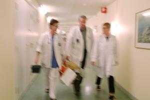 Jan Nilsson och Stefan Lindgren menar att det är ett problem att det forskas för lite om hur vården kan utveckla den egna verksamheten, trots att sjukvården har en hög andel forskarutbildad personal. Bild: Erik G Svensson/TT