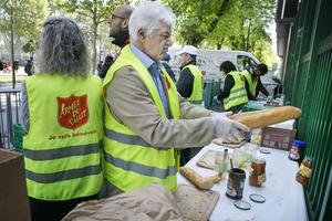 Trots att det är ramadan kommer omkring 250 personer och hämtar mat av hjälparbetarna från Armée du salut.
