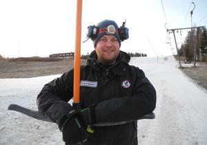 Kalle Hansols är driftansvarig för backen och sköter bland annat pistning av backen och hjälper skidåkarna med liften.
