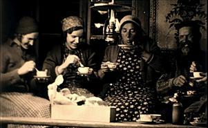 I filmerna medverkar mängder med Djurabor som delar med sig av allt från kafferep till höskörd. (Foto: Sven Florén)
