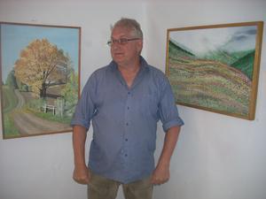 Lasse Arvidsson är bred i sitt konstnärsutövande. Mycket inspiration hämtar han omkring hemmet i Flästa.