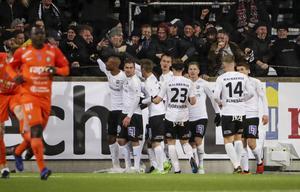 Carlos Strandberg jublar efter 1–0-målet mot AFC Eskilstuna tillsammans med ÖSK-supportrarna och Filip Rogic, Martin Lorentzson, Viktor Prodell, Daniel Björkman (23), Johan Bertilsson, Michael Almebäck (14) och Albin Granlund.