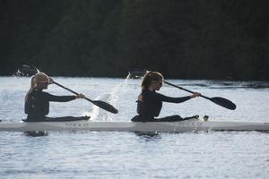 Evelina Höglund och Vendela Kühne tränar besättning K2 tillsammans.
