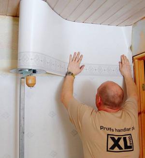 Högst upp på väggen sätts våtrumstapetens bård.