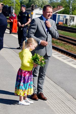 Liv Flisberg och kommunalrådet Magnus Jonsson väntar på kronprinsessparet.