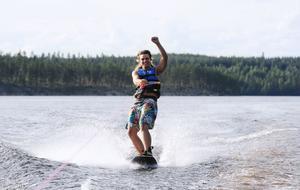 När Lars är i Styggbo är det wakeboard, volleyboll, fiske och bad som är största nöjet och på vintern åker han långfärdsskriskor.