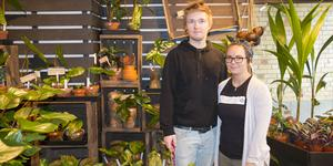 Markus och Izabella Wikström startar växtbutik i Nynäshamn. Här står de framför butikens