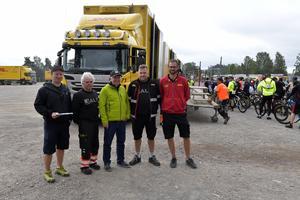 Några av alla de som ser till att cyklar och packningar kommer till rätt adress. Från vänster: Anders Erlandsson, Thomas Minuer, Jan Erlandsson, Pär-Ola Nordström och Jonas Brottare