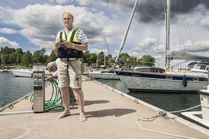 För att förhindra en båtstöld plockar Sixten Thorell bort propellern från motorn.