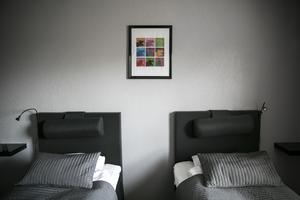 Sängarna är nya och tavlorna på rummen kommer från AnnaViktoria.