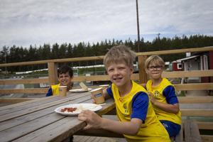 Vidar Amundsen, Jesper Ring och Gabriel Orest berättar att de vann en match med 42 mål igår.