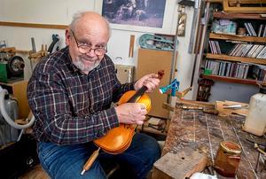 Jan Larsson är en av Dalarnas två professionella fiolbyggare. Foto: Berit Djuse