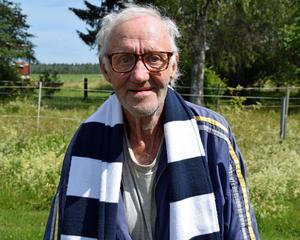 Gunnar Andersson, iförd Leksands IF-träningsoverall och halsduk, intervjun till ära.