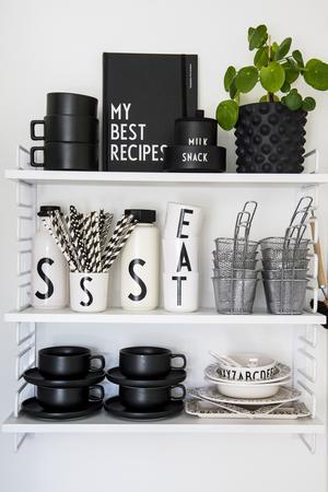Svart och vitt är temat för hyllan i köket.