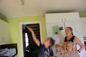 Sara Westberg och hennes man har bestämt att barnen får mer datortid om de hjälper till att smälla flugor.