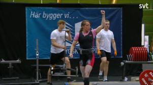 Frida Ulfves avslutade tävlingen i styrkelyft med ett personligt rekord i marklyft, vilket resulterade i ett SM-silver. Foto: Skärmdump SVT.