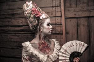Den här dramatiska Marie Antoinette-looken har Frida och kompisen Emma gjort tillsammans. Frida har sminkat och byggt upp frisyren av löshår på hönsnät, och byggt in med Emmas eget hår. Emma har sytt kläderna. Foto: Frida Christine.