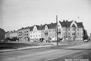 Bild 1: 1970-talet. Ledtråd: På rivningstomten till vänster har det byggts bostadshus med en livsmedelsbutik i bottenvåningen. Fotograf: Okänd (Bildkälla: Örebro stadsarkiv)