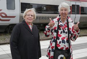17 augusti. Den stridbara Ludvikaduon Inger Montelius, 87, och Stina Myhrman, 83, kallar sig gärna för arga tanter. Här gör de tummen upp efter att deras förslag om man ska kunna åka tåg gratis till bokade besök hos sjukvården blivit verklighet. Tidigare gick det bara att åka buss.