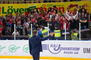 Modotränaren Björn Hellkvist försökte lugna sitt lags klack efter matchen mot Björklöven. Bild: Johan Löf/Bildbyrån