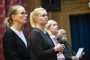 Elina Backlund Arab (med mikrofonen) under mötet i Stödehuset i mitten av oktober i år.