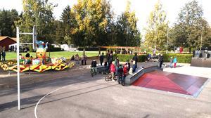 Under söndagseftermiddagen nyinvigdes skateparken i Sannahed. Foto: Privat