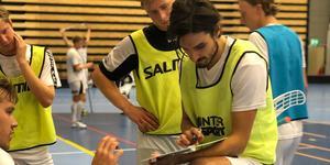 Suad Sofovic trivs i Lillån, där han bilder en livsfarlig kedja med Marcus Saarväli och Aron Ohlsson. Foto: Oliver Kriström