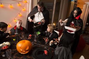 Halloween är ingen svensk tradition, utan har importerats från USA. Julbudskapet däremot, är fyllt av kärlek och värme. Vårt samhälle grundar sig på kristna värderingar, även om det idag görs allt för att utplåna dessa, skriver insändaren.