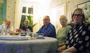 Här sitter bland andra från höger Lindvi Forsberg, Birgitta Ohlsson och Olle Berglund vid bordet under Miljöpartiets valvaka i Edsbyn.