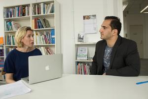 Sarah Thorsaeus och Nawar Alolabi på Coompanions kontor. Här tar de varje torsdag emot en grupp nyanlända för att diskutera arbetssökning.