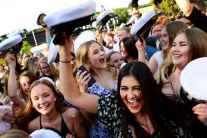 Glädjen stod högt i tak när studenterna från Bobergsskolan hade mösspåtagning i samband med Kulturnatten.