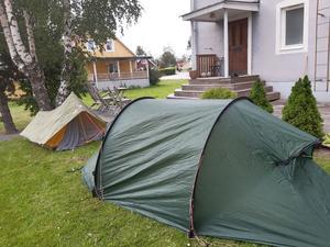 Provuppsättning av tält inför tältövernattning på Tärnättholmarna.