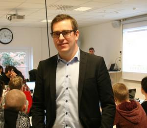 En av förklaringarna till det förbättrade resultatet är att personalen  fokuserar mycket på trygghet och studiero, enligt skolchefen Tobias Mårtensson.
