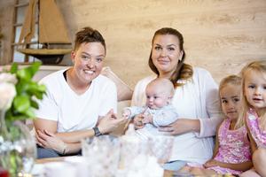 Nanna och Fanny har äntligen blivit mammor till lilla Filip. Dessutom har de kommit närmare donatorns hela familj där döttrarna Kiara och Lia ingår.