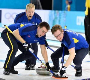 Viktor Kjäll sopar tillsammans med Fredrik Lindberg i lag Edin i Sotji-OS 2014. Båda var coacher i OS i Sydkorea, Lindberg för Edin och Kjäll för Storbritannien.