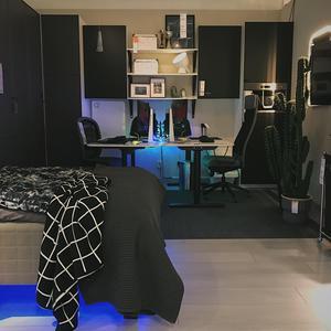 Gaming-rummet med två skrivbord, kyl, mikro och säng, bland mycket annat.Foto: Ikea