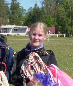 Anna Andersson, Skutskärstjejen som numera bor i Västerås, efter ett lyckat hopp. Foto Lennart Vestbom