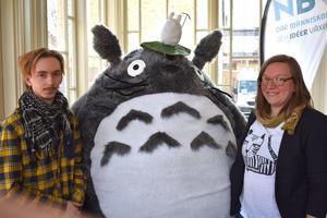 Linn Austli och Alexander Segerblom med dräkten föreställandes Totoro från en japansk långfilm.