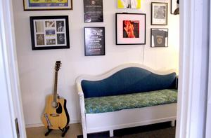 Praktiska arvesoffan efter mormor är omgiven av musik.