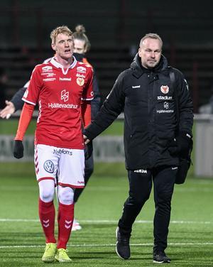 Kalmar FF:s tränare Jens Nilsson (till höger) med Rasmus Elm efter segern över Brage i onsdags.