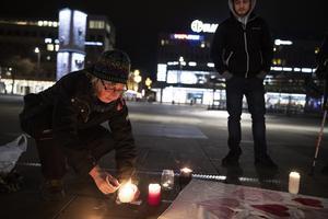 Inger Johansson vill se en humanare flyktingpolitik. I bakgrunden Mahdi Rahmini från Sandviken, som  kommit till manifestationen för att visa sitt stöd.