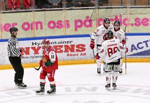 Moras nyförvärv Mikko Laine, till vänster, deppar sedan Vita Hästen fastställt slutresultatet till 4–0 i öppet mål genom Oliver Nordberg.
