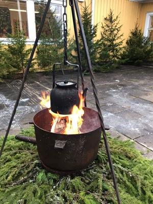 Öppna elden som värmer glöggen vid julgransförsäljningen. Foto: Fredrik Bister