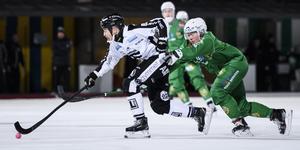 Christoffer Edlund lämnar Sandviken för spel i ryska ligan och Jenisej igen. Här jagas han av Hammarbys Felix Nyman.